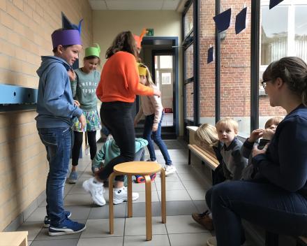 """Geluksvogels: """"Geluk wordt groter als je het deelt"""". Een samenwerking tussen de zesde klas & de peuterklas."""