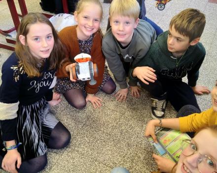 techniek in de klasDe meisjes hebben een robot in elkaar geknutseld die programmeerbaar is.