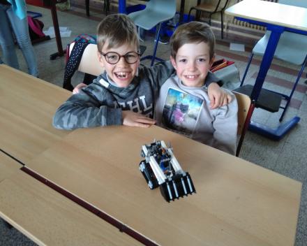 techniek in de klasDeze twee vrienden staken een graafmachine in elkaar.